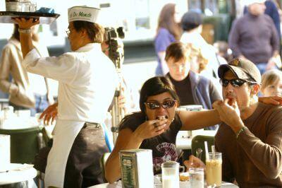 Cafe_du_Monde_tourists_